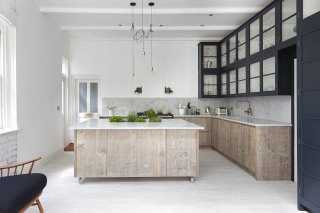 Tủ bếp chư u vân đá tự nhiên
